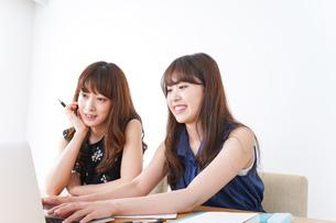 勉強する2人の女性の写真素材 [FYI04705915]