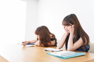 授業に退屈している学生の写真素材 [FYI04705925]