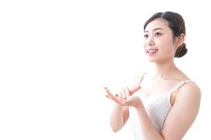 クリームを塗る女性の写真素材 [FYI04706082]