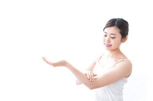 クリームを塗る女性の写真素材 [FYI04706088]
