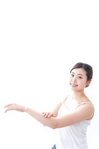 クリームを塗る女性の写真素材 [FYI04706094]