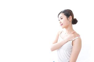 クリームを塗る女性の写真素材 [FYI04706095]
