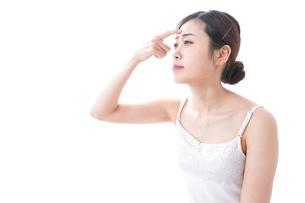 スキンケアをする若い女性の写真素材 [FYI04706126]