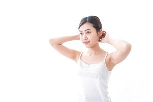 スキンケアをする若い女性の写真素材 [FYI04706142]