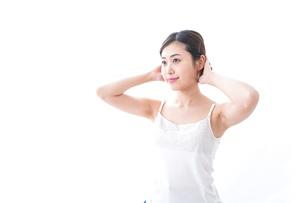 スキンケアをする若い女性の写真素材 [FYI04706143]