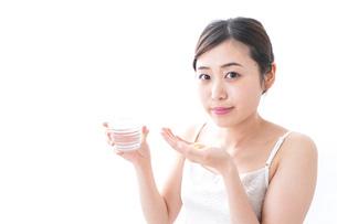 薬を飲む女性の写真素材 [FYI04706169]