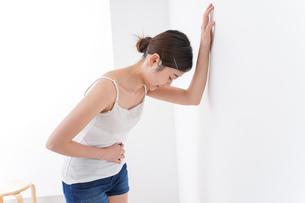 体調不良の女性の写真素材 [FYI04706183]