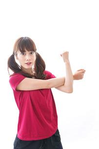 準備運動をする女性の写真素材 [FYI04706492]