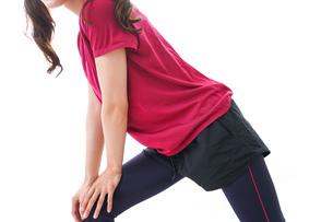準備運動をする女性の写真素材 [FYI04706500]