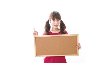 コルクボードを持つ女性の写真素材 [FYI04706508]