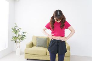 ダイエットする女性の写真素材 [FYI04706530]