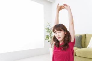 ヨガをする女性の写真素材 [FYI04706534]