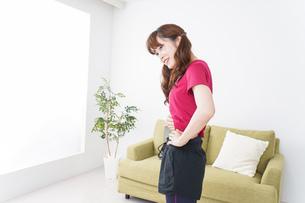 ダイエットする女性の写真素材 [FYI04706540]