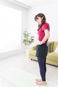 ダイエットする女性の写真素材 [FYI04706542]