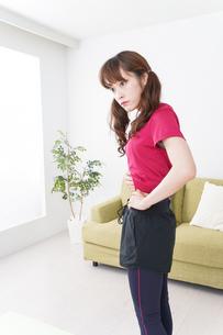 ダイエットする女性の写真素材 [FYI04706545]