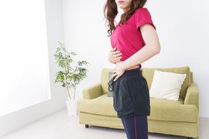 ダイエットする女性の写真素材 [FYI04706556]