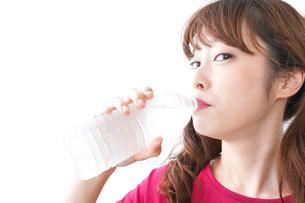 水分補給をする女性の写真素材 [FYI04706569]