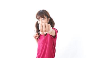 キックボクシングする女性の写真素材 [FYI04706588]