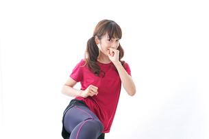 キックボクシングする女性の写真素材 [FYI04706593]