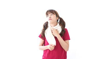汗を拭く女性の写真素材 [FYI04706597]