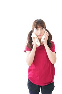 汗を拭く女性の写真素材 [FYI04706598]