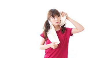 汗を拭く女性の写真素材 [FYI04706603]