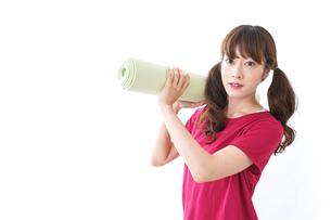 ヨガをする女性の写真素材 [FYI04706607]