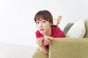 自宅でくつろぐ女性の写真素材 [FYI04706627]