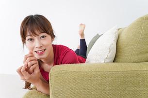 自宅でくつろぐ女性の写真素材 [FYI04706628]