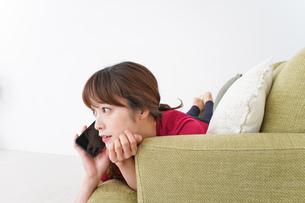 自宅でくつろぐ女性の写真素材 [FYI04706636]