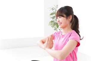 ヨガをする若い女性の写真素材 [FYI04706669]
