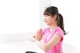 ヨガをする若い女性の写真素材 [FYI04706681]