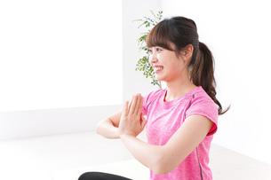 ヨガをする若い女性の写真素材 [FYI04706685]