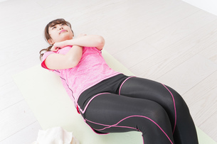ストレッチをする女性の写真素材 [FYI04706786]