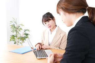商談・ビジネスウーマン・取引の写真素材 [FYI04706801]