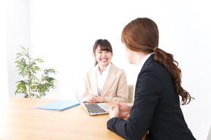 商談・ビジネスウーマン・取引の写真素材 [FYI04706804]