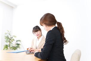 商談・ビジネスウーマン・取引の写真素材 [FYI04706813]