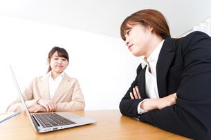 商談・ビジネスウーマン・取引の写真素材 [FYI04706825]