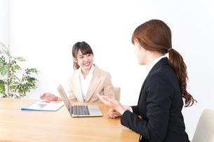 商談・ビジネスウーマン・取引の写真素材 [FYI04706830]