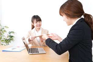 商談・ビジネスウーマン・取引の写真素材 [FYI04706831]