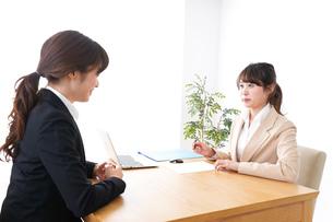 商談・ビジネスウーマン・取引の写真素材 [FYI04706834]