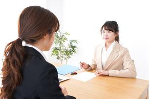 商談・ビジネスウーマン・取引の写真素材 [FYI04706838]