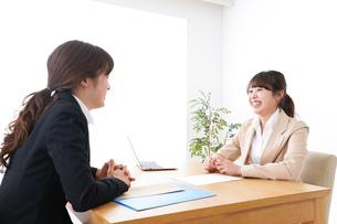 商談・ビジネスウーマン・取引の写真素材 [FYI04706859]