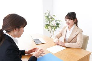 商談・ビジネスウーマン・取引の写真素材 [FYI04706860]