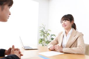 商談・ビジネスウーマン・取引の写真素材 [FYI04706861]