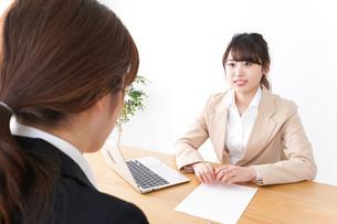 商談・ビジネスウーマン・取引の写真素材 [FYI04706862]