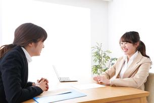 商談・ビジネスウーマン・取引の写真素材 [FYI04706864]