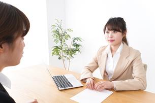 商談・ビジネスウーマン・取引の写真素材 [FYI04706867]