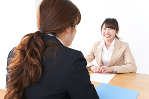商談・ビジネスウーマン・取引の写真素材 [FYI04706872]
