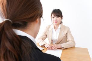 商談・ビジネスウーマン・取引の写真素材 [FYI04706875]